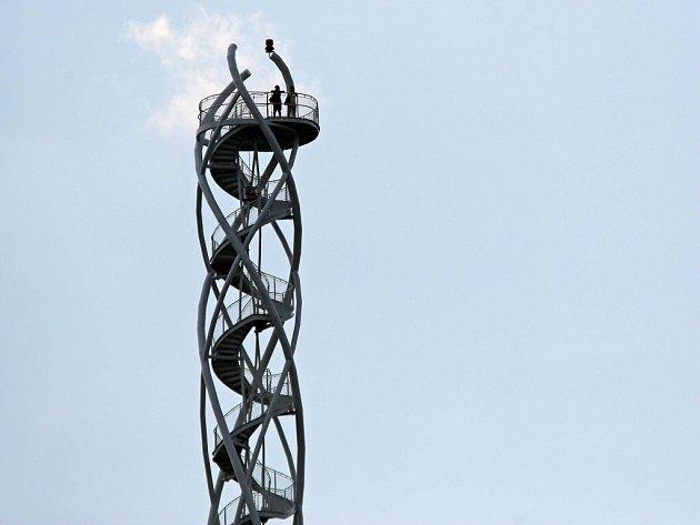 Nový rozhled umožňuje turistům meziříčská rozhledna na Fajtově kopci.