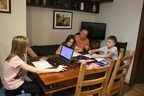 Rodina Dvořákových musela zvládnout domácí výuku druhačky Lucinky, třeťáka Toníka a páťačky Adélky.