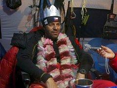 V základním táboře dostal Radek Jaroš za odměnu Korunu Himálaje z plechovek od piva.