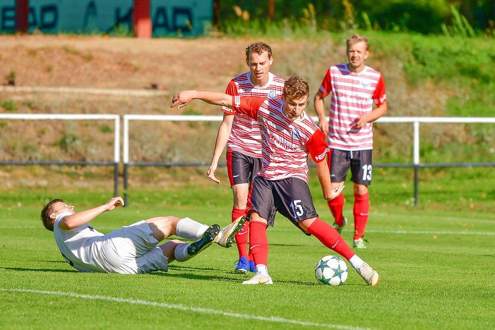 Hráči Humpolce (v pruhovaném) v neděli překvapivě zdolali Žďár (v bílém) na jeho stadionu vysoko 4:1.