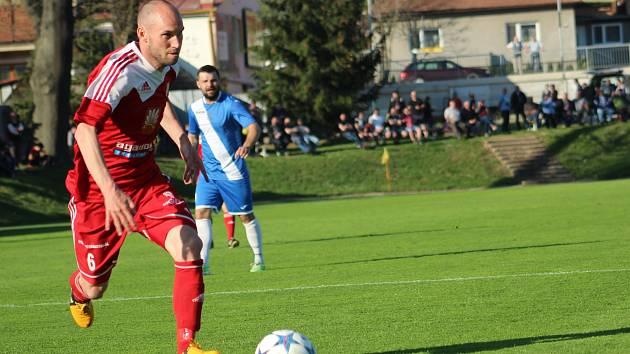 Tradiční obrázek z uplynulé sezony, krajní záložník Petr Dolejš (na snímku) uniká obraně soupeře.