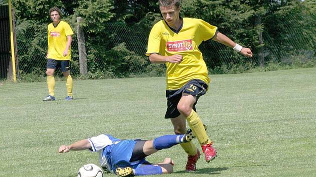 Fotbalisté Vrchoviny (vpravo unikající útočník Martin Mužátko) vytáhnou do bitvy se Ždírcem s touhou získat alespoň jeden bod.