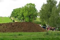 Budoucí stadion zatím avizují hromady hlíny vyhrnuté při srovnávání terénu.