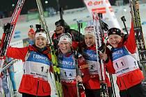 Vítězný Norský tým v cíli závodu.