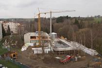 V Hornické ulici v Novém Městě na Moravě panuje čilý stavební ruch. Budova městských lázní už má jasné obrysy. Zřetelně se rýsuje pětadvacetimetrový plavecký bazén.
