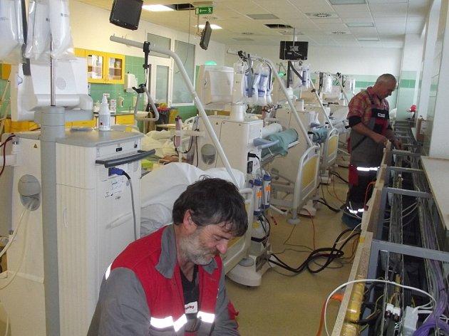 V dialyzačním centru novoměstské nemocnice jsou u všech lůžek montovány zásuvky na sluchátka.