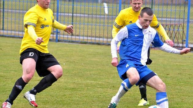 Fotbalisté Velké Bíteše (ve žlutých dresech) v minulém kole v Polné prohráli, v dalším derby uštědřili Pelhřimovu pět gólů. To Slavoj zase nezvládl derby ve Vrchovině.
