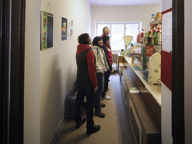 """Mléko v pytlíku nebo čaj ve známé plechovce si mohli """"koupit"""" návštěvníci socialistické prodejny v muzeu. V kase byly i dobové peníze."""