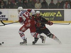 Hokejisté Žďáru nad Sázavou (v černém) doma v sobotu zdolali Moravské Budějovice vysoko 7:1 a upevnili si tím druhé místo tabulky II. ligy právě před svým protivníkem.