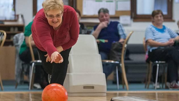 Novoměstští senioři měřili své síly na bowlingu.