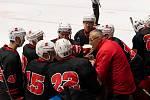 I v další sezoně bude hokejistům Žďáru udílet pokyny trenér Radek Haman (v červené bundě).