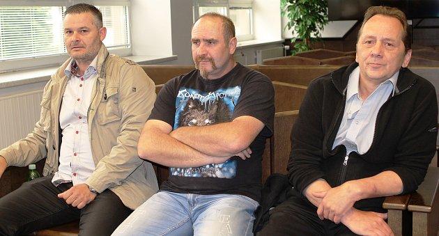 Taxikáři před soudem. Zleva Josef Krejčí, Karel Kříž a Miroslav Navrátil. Aktivními taxikáři jsou Krejčí a Navrátil. Kříž je pracovník bezpečnostní agentury.