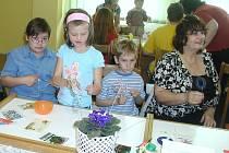 Rodiče s dětmi pletli velikonoční pomlázky, vyráběly ze sena králíky a slepice, navlékaly korálky a dělaly z nich velikonoční ozdoby