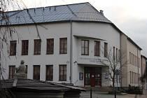 Všeobecná zdravotní pojišťovna chce své sídlo v Novém Městě na Moravě dlouhodobě prodat. V někdejších kancelářích by se tak mohli zabydlet žáci a učitelé ze Základní umělecké školy Jana Štursy.