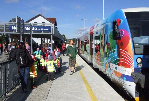 Lidé si v pátek přišli prohlédnout nový vlak s motivy Nového Města.