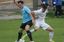 Fotbalisté FC Žďár (v bílém) rozhodli o vítězství na hřišti Velké Bíteše (v modrém) dvěma slepenými góly z 60. a 62. minuty zápasu. Nejprve se z dálky trefil záložník Komínek, druhý gól pak hlavičkou přidal Nedvěd.