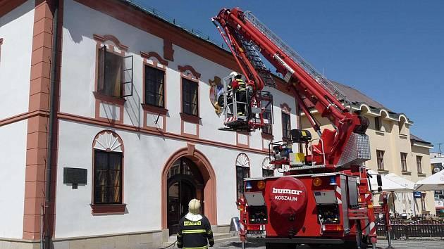 Co je náplní činnosti žďárského sboru dobrovolných hasičů? Alespoň část předvedli záchranáři v neděli na náměstí Republiky při námětovém cvičení. Cvičně tam hořelo v budově Staré radnice.