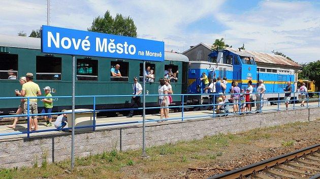 Kvůli suchu nemohla v čele historického vlaku jet parní lokomotiva. Zaskočit musela dieseleketrická
