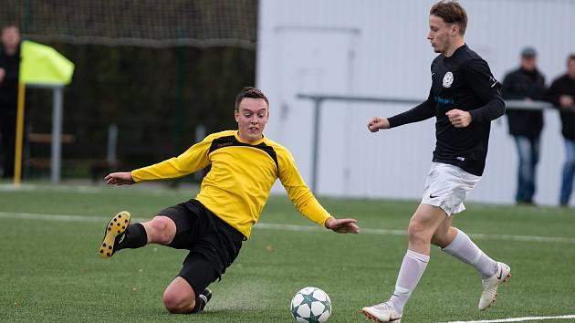 Rezerva FC Žďas (v černých dresech) zdolala na závěr první poloviny sezony Jemnicko (ve žlutých dresech) 2:0.