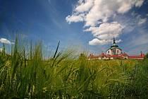 Poutní kostel svatého Jana Nepomuckého na Zelené hoře, památka UNESCO, vítá vždy 16. den v měsíci své návštěvníky večer. To farnost Nanebevzetí Panny Marie pořádá Nikodémovu noc.