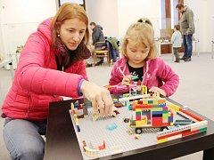 Pro příznivce malých barevných dílků stavebnice Lego je v prostorách velkomeziříčského muzea otevřena putovní výstava Petra Šimra Svět kostiček.