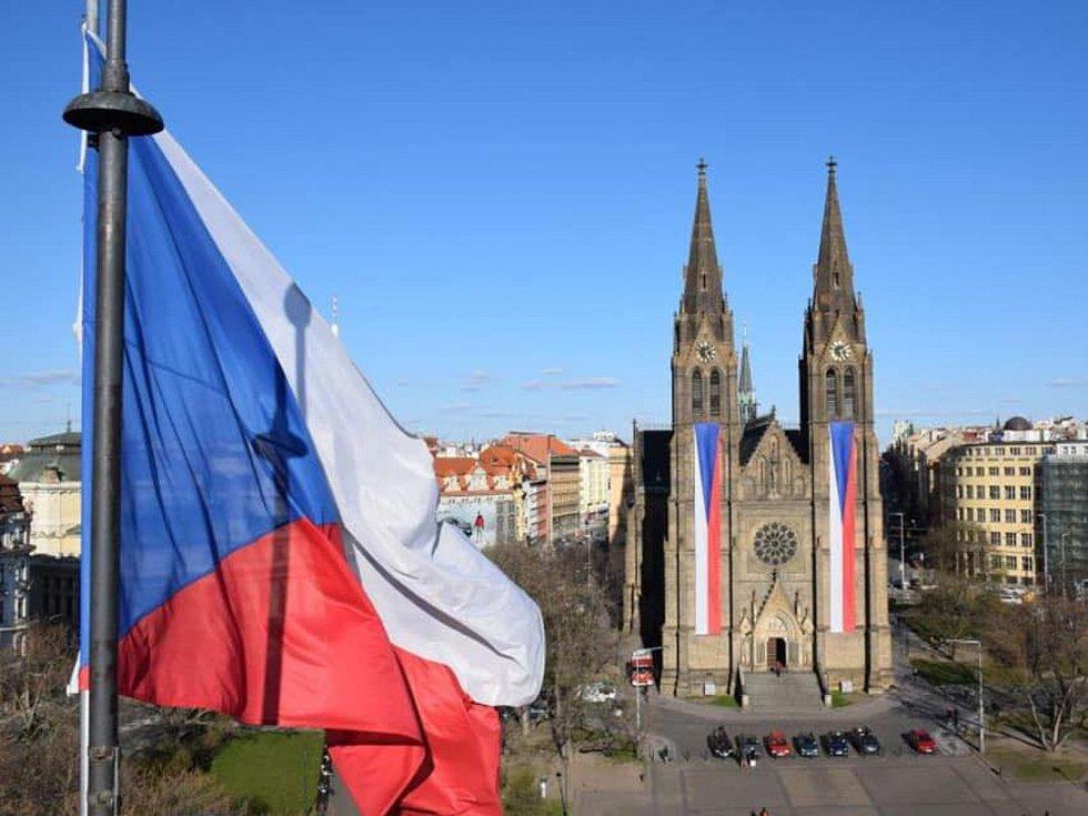 Vlajky od Beaty Rajské na kostele sv. Ludmily na pražských Vinohradech.