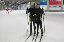 Partneři Jiří Ročárek a Adéla Boudíková si našli při tréninku v oberhofském tunelu čas na společný snímek. O víkendu ale budou oba novoměstští závodníci v zápřahu.