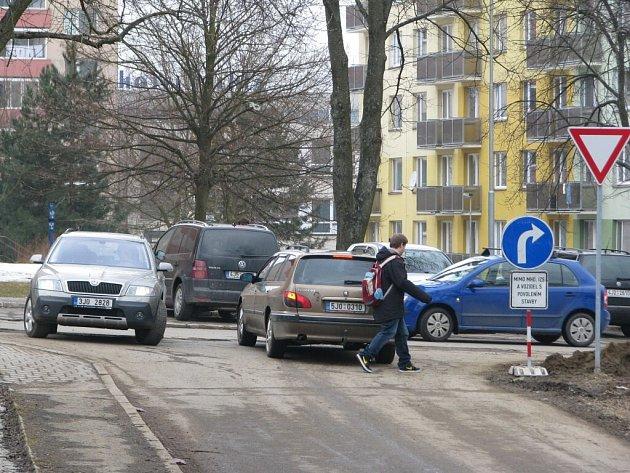 """Velký provoz je od pondělí také ve Vodárenské ulici ve Žďáře nad Sázavou. Právě tudy se řidiči, kteří dobře znají město, vyhýbají silnici I/37, na které se kvůli stavebním pracím na křižovatce """"U Fordu"""" tvoří dlouhé kolony aut."""