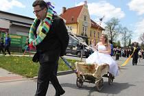 Nejprve nasadili ženichovi hasiči chomout na krk, nevěstu pak posadili do vozíku a dali jí bič do ruky. Novomanželům, stejně jako přihlížejícím, bylo hned jasné, kdo bude rodině vládnout železnou rukou.