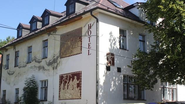Kdysi vyhlášený Hotel Rokytno už léta chátrá.
