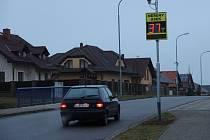 """V rovné Libické ulici, kde řidiči často překračovali povolenou rychlost, přibyl nový """"zpomalovač""""."""