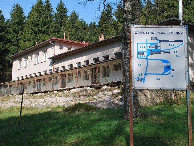 U příjezdu do areálu bývalé léčebny na Buchtově kopci zbloudilé návštěvníky uvítá zavřená rezivějící brána. Kraj, jako vlastník nemovitosti, každoročně na údržbu budov a dalšího vybavení musí vynakládat milionové částky.