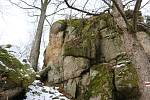 Kopec Štarkov s pozůstatky hradu Skály je častým cílem výletníků.
