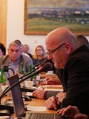 Zastupitelé si jako starostu zvolili koalicí navrženého Martina Mrkose. Posty místostarostů obsadí Ludmila Řezníčková a Josef Klement. Na snímku zastupitel za Změnu 2018 Jan Havlík.