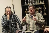 Tucet let Martin Krásný (vpravo) trpělivě vysvětloval novinářům i veřejnosti stanoviska klubu.