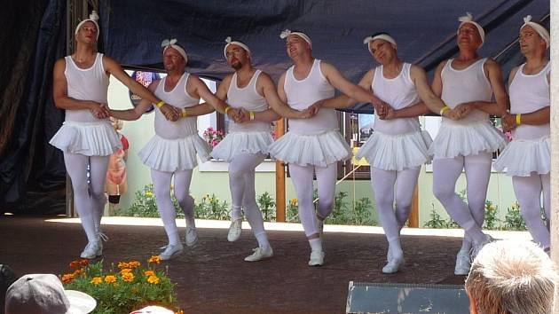 Velký aplaus při Vírském vanutí sklidili v roce 2012 muži z Dražice se svým vystoupením Labutí jezero.