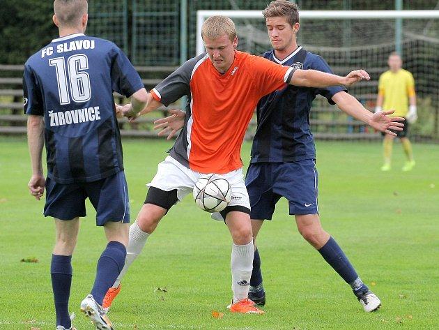 Hodně atraktivní podívanou nabízeli divákům v průběhu uplynulé sezony krajského přeboru fotbalisté Nové Vsi (v oranžovém jedna z ofenzivních opor Jan Starý).