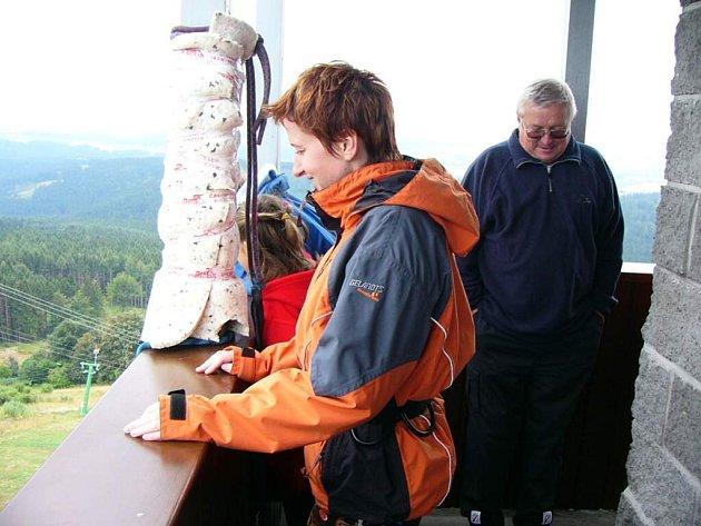 Rozhledna na Karasíně se stala oblíbeným místem turistů.