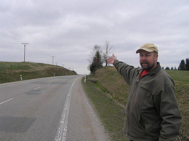 Starosta Škrdlovic Ivan Hořínek ukazuje, kde bude most, který vesnicic spojí s letoviskem.