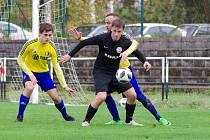 Okresní derby mezi fotbalisty Velké Bíteše (ve žlutých dresech) a FC Žďas (v černém) skončilo výhrou prvně jmenovaných 2:1.