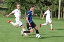 V sobotním duelu mezi fotbalisty rezervy Žďáru (v bílém) a Herálcem (v modrých dresech) viděli diváci dva góly a tři červené karty.