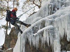 Více než dvě desítky nadšenců o uplynulém víkendu zdolávaly přes 400 metrů dlouhou ledovou stěnu u Víru