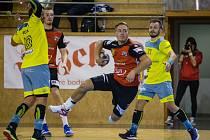 Hned ve své premiérové sezoně v červeném dresu extraligových házenkářů Nového Veselí se Martin Kocich (s míčem v ruce) vypracoval mezi hlavní opory celku z Vysočiny.