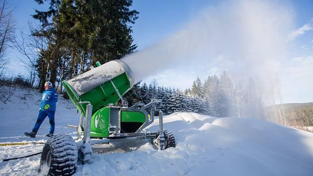 Navážení sněhu na běžkařské tratě ve Vysočina Aréně.
