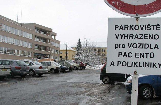 Parkoviště u žďárské polikliniky se spojí se sousedním u obchodního domu.