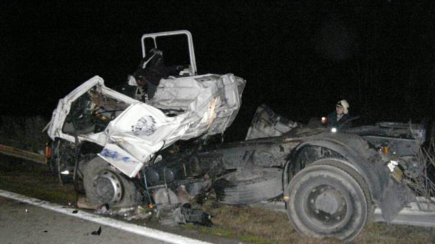 Řidič kamionu, který mířil směrem na Brno, za volantem zřejmě usnul, prorazil středová svodidla a dostal se do protisměru, kde se střetnul s jiným kamionem.