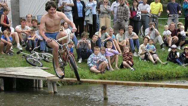 Jízda na kole po lávce prověří rovnováhu závodníků. Mnohde je odpoledne doplněno dalšími sportovními disciplínami.