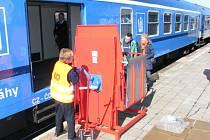Plošina se pomocí kliky nasune do úrovně podlahy vlaku, aby vozíčkář mohl vjet do vagonu.