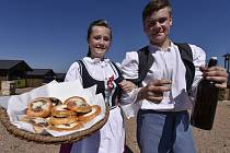 Horáckou vesnicí v centru Eden v Bystřici nad Pernštejnem prošel 27. srpna slavnostní krojovaný průvod s chasou a dožínkově ozdobeným vozem taženým koňmi.