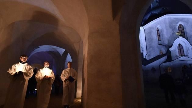 V poutním areálu Zelená hora ve Žďáru nad Sázavou oslavili lidé 13. prosince svátek svaté Lucie se svícemi a lucernami v rukou. Po setmění procházeli ambitem obkružujícím kostel svatého Jana Nepomuckého, osvětlený uvnitř rovněž pouze svíčkami.
